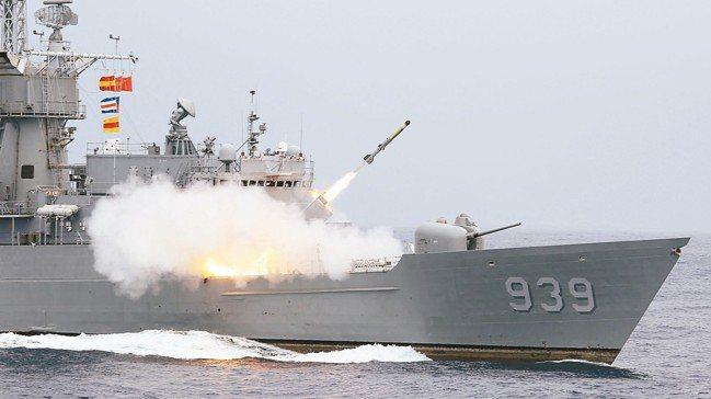 漢光35號演習,宜陽艦發射反潛火箭。 記者林澔一/攝影