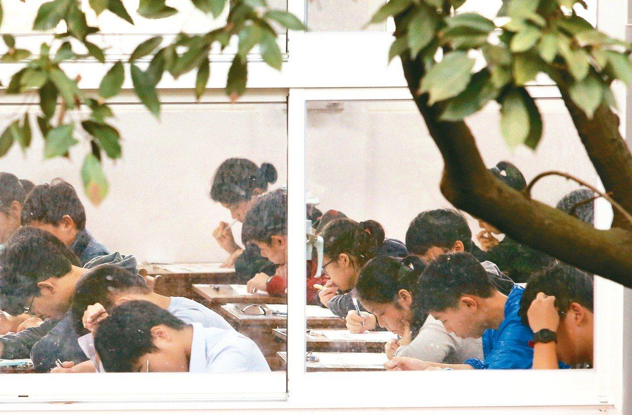 今年大學學測「五選四」引發爭議,部分家長團體主張考試入學分發名額須達50%以上。...