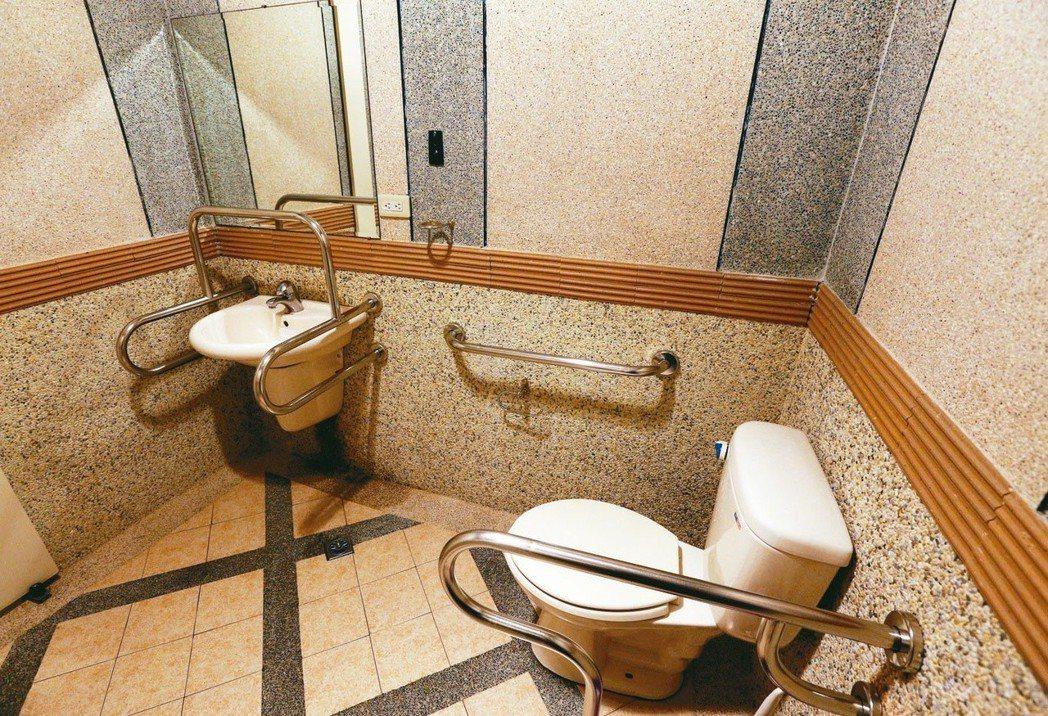 醫改會公布報告,發現具備無障礙通道、無障礙廁所(見圖)與無障礙溝通三項指標的診所...