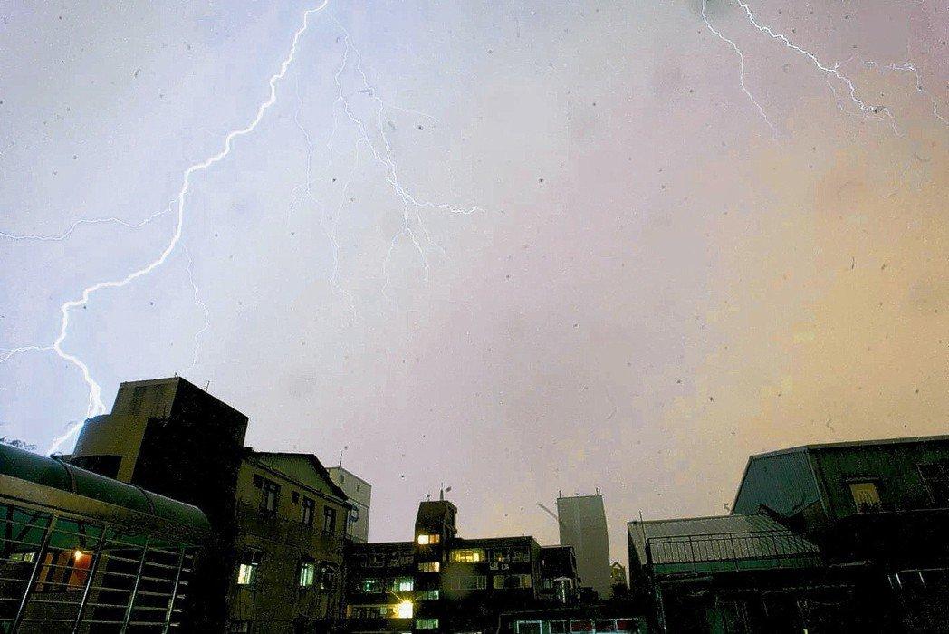 台北市區上空出現閃電落雷。 聯合報系資料照片/記者盧振昇攝影