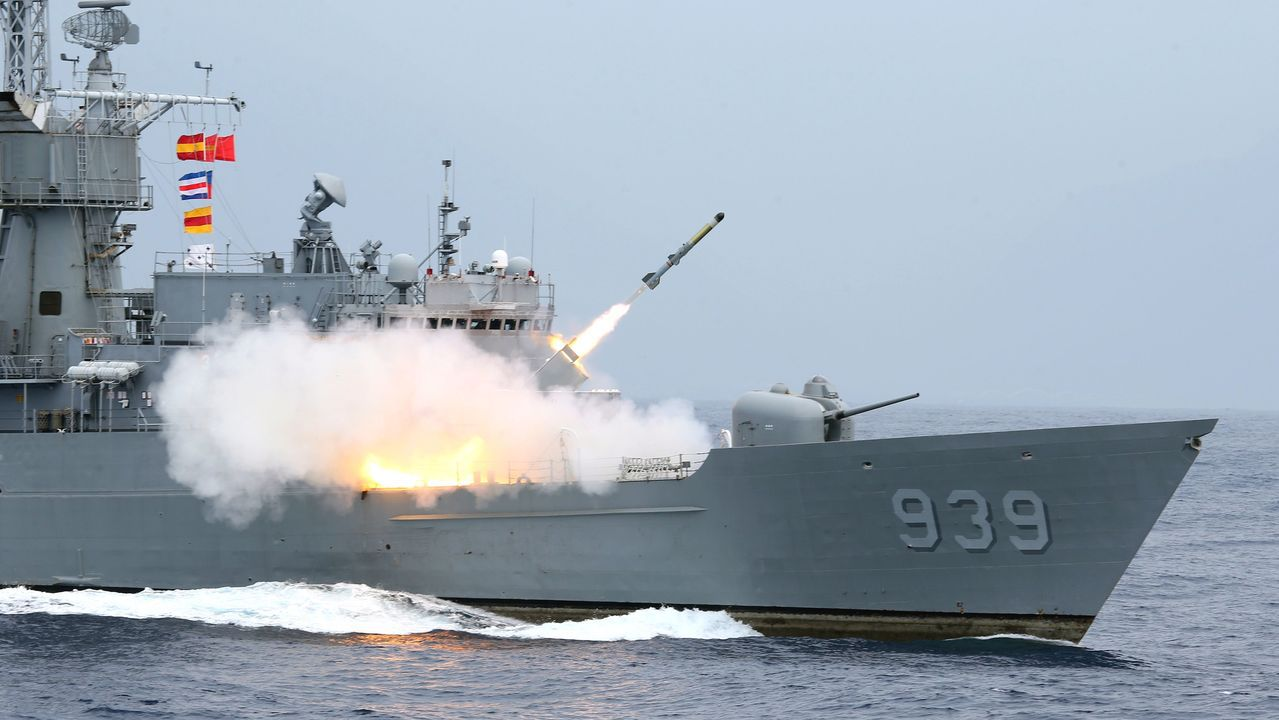 國防部「東部海域戰備任務訓練」22日在花蓮外海舉行,上圖為宜陽艦發射反潛火箭;下...