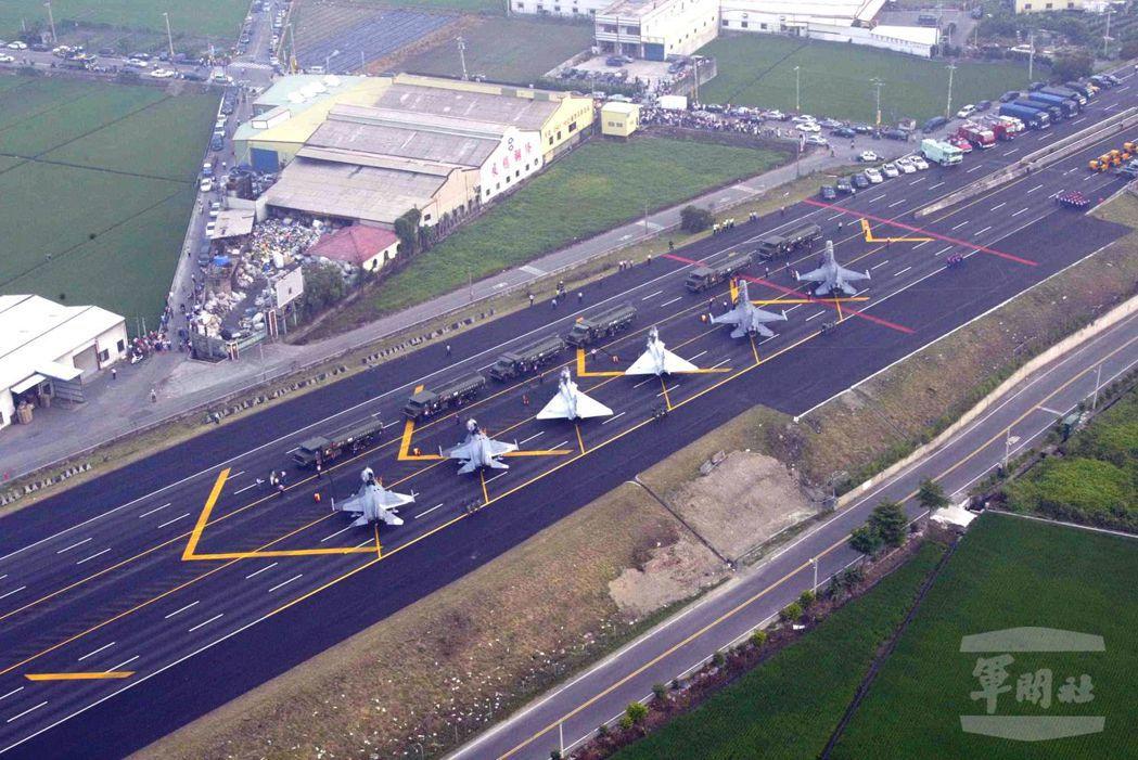 國軍三型主力戰機將重回彰化戰備道,在短短二公里內路面起降。圖/軍聞社資料照