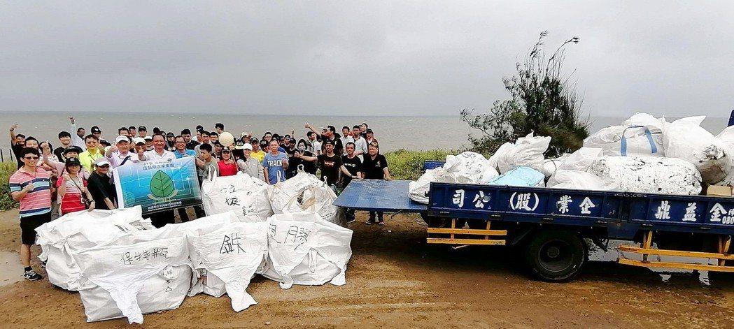 金益鼎在總經理莊瑞元及副總莊瑞瑾帶領下,與110名員工前往新竹市南港海岸淨灘。金...