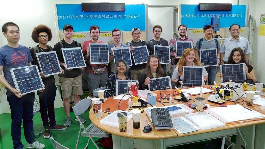 電機系教授江青瓚(後排右一)贈美國阿帕契州立大學師生太陽光電板。 健行科大/提...