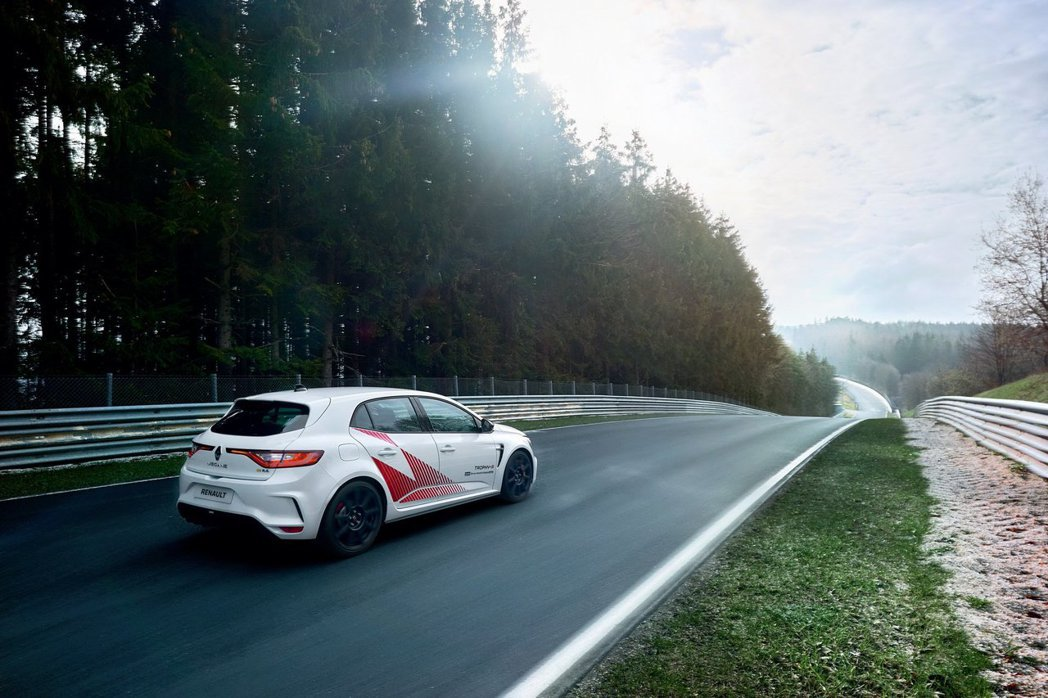 Mégane R.S. Trophy-R動力維持300匹,但整體車重比標準版要減...