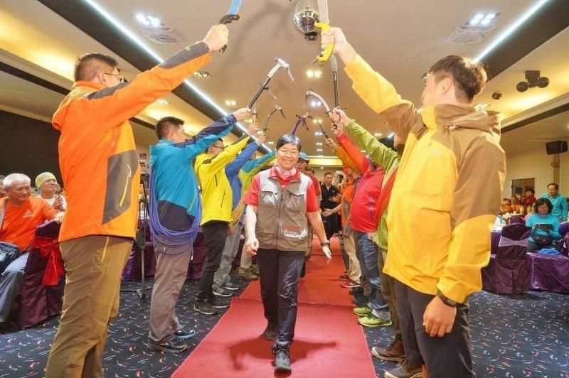 江秀真參加歐都納七頂峰完攀10周年餐會,進場獲得英雄式列隊歡迎。 歐都納/提供
