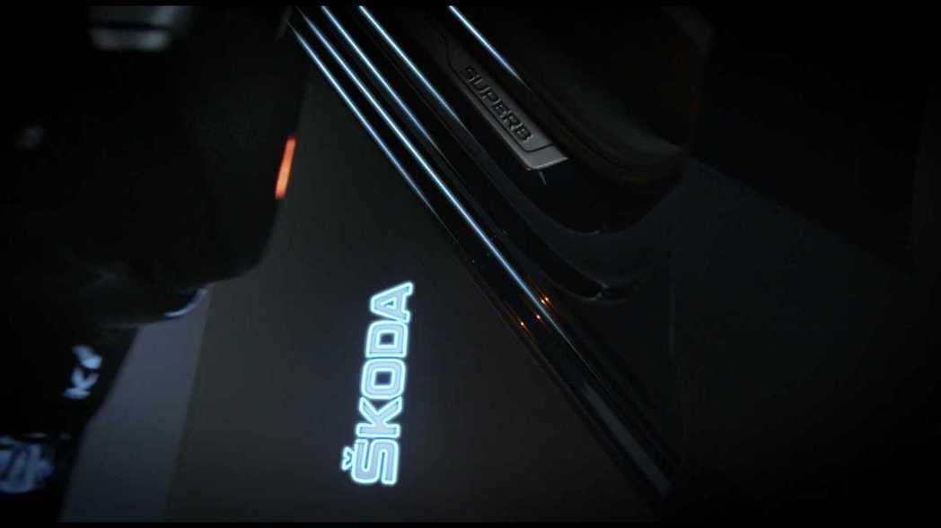 小改款ŠKODA Superb配置迎賓燈。 截自ŠKODA影片