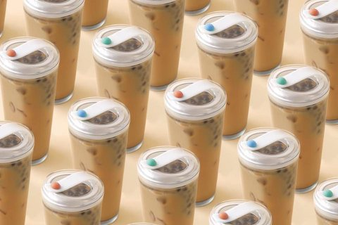 實踐大學學生吳天瑜、史芳歷經一年時間,與春池玻璃共同開發出「無吸管珍珠奶茶杯 」...