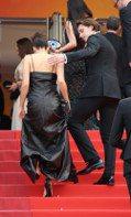 牽手、摟腰、小心「護駕」 布魯克林保護女友走紅毯的過程有夠甜