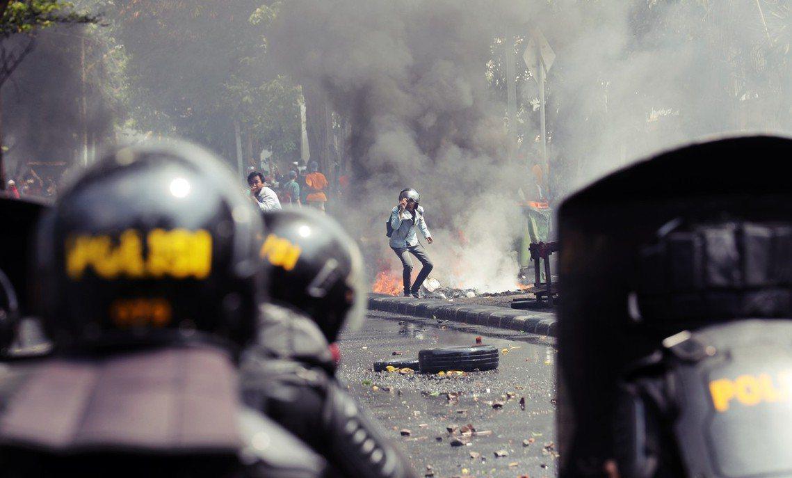 印尼21日清晨公布了大選的開票結果,確認現任總統佐科威(Joko Widodo)...