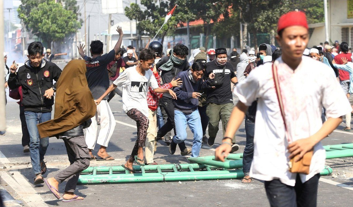「我們強烈懷疑這批暴民,是收錢鬧事的『走路工』!」印尼警察總長提托(Tito K...