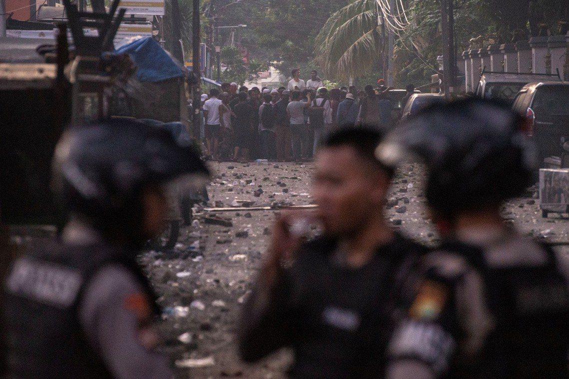 截至22日天亮為止,已知有6名示威者死亡。反對派民眾指控警方以「實彈鎮壓」才會有...