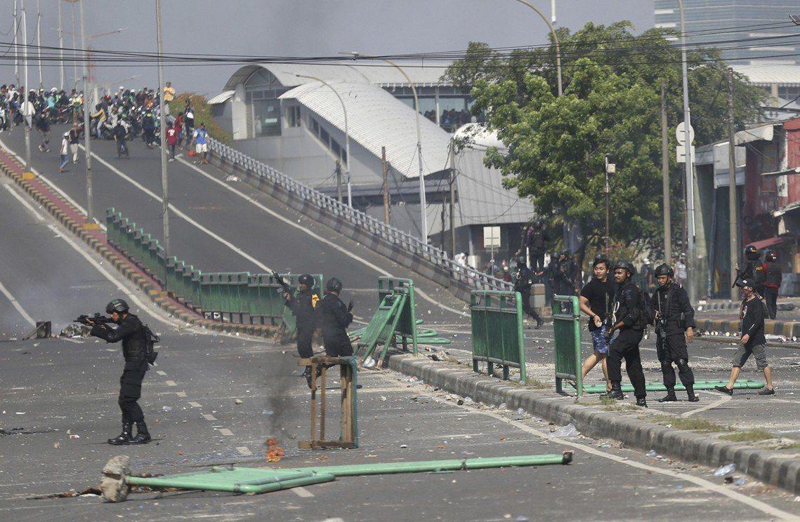 在清場逮捕的過程中,檢警已經確認了「組織煽動」的證據,並在被捕暴民身上搜出了大批...