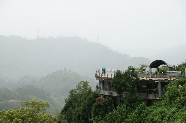 三百六十度無視覺阻礙的高聳寰宇平台,讓遊客可一覽小烏來瀑布。圖/摘自桃園觀光導覽...