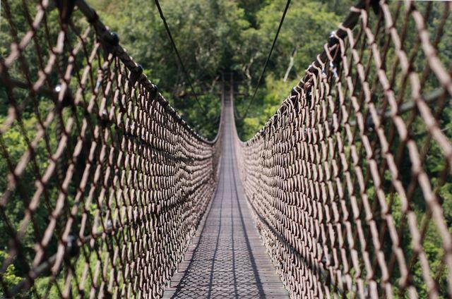 全長70公尺、高50公尺的天空繩橋,堪稱是目前全台灣最長的繩橋之一。圖/摘自桃園...