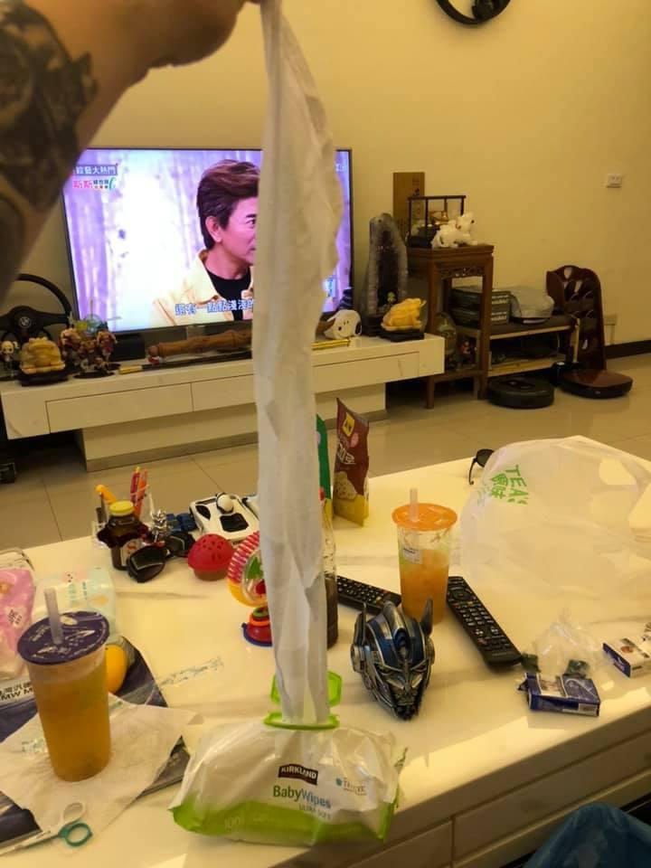 一名網友貼出自己抽出長長濕紙巾的照片。 圖/擷自Costco好市多 商品經驗老實...