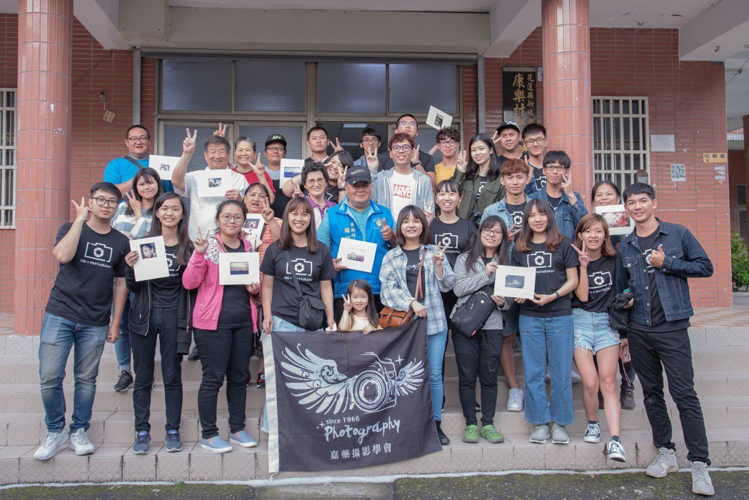 嘉藥攝影社同學與民眾手持自己完成的夾裱照片開心合影留念。 嘉藥/提供