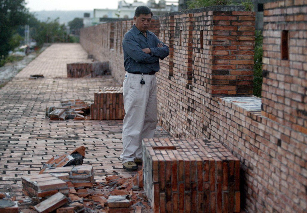 2006年,國定古蹟屏東縣恆春古城在地震中多處受損,北門至西門城牆上的城垛共倒了...