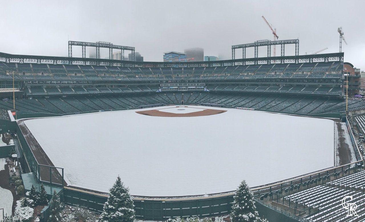 洛磯隊官方Twitter上傳球場遭白雪覆蓋的照片,被球迷大讚超美。圖擷自/Twi...