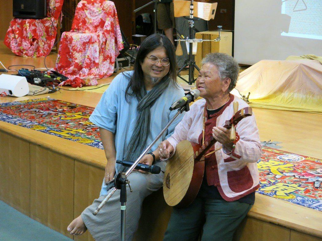 嚴詠能與彈著月琴的陳英阿嬤高唱恆春民謠 。 嘉藥/提供