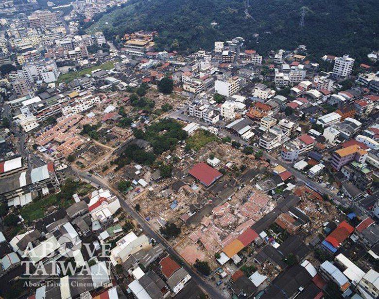 霧峰林家花園在921大地震後,總建築群損毀嚴重。 圖/台灣阿布電影股份有限公司提供