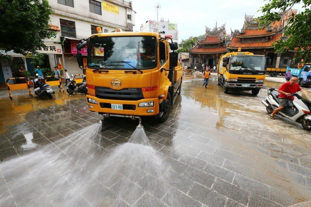 2015年蘇迪勒颱風來襲,三峽祖師廟埕淹水,水勢退去街上滿是泥濘。 圖/聯合報系資料照