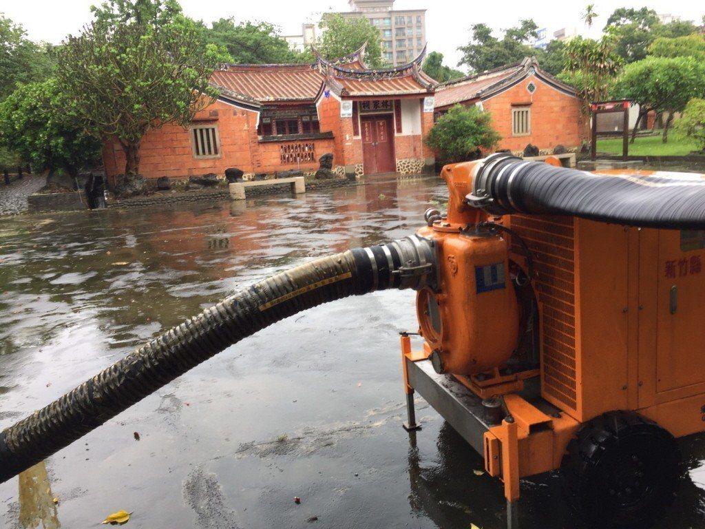 2017年,為避免淹水成災,古蹟林家祠堂進駐抽水馬達加速排水。 圖/聯合報系資料...
