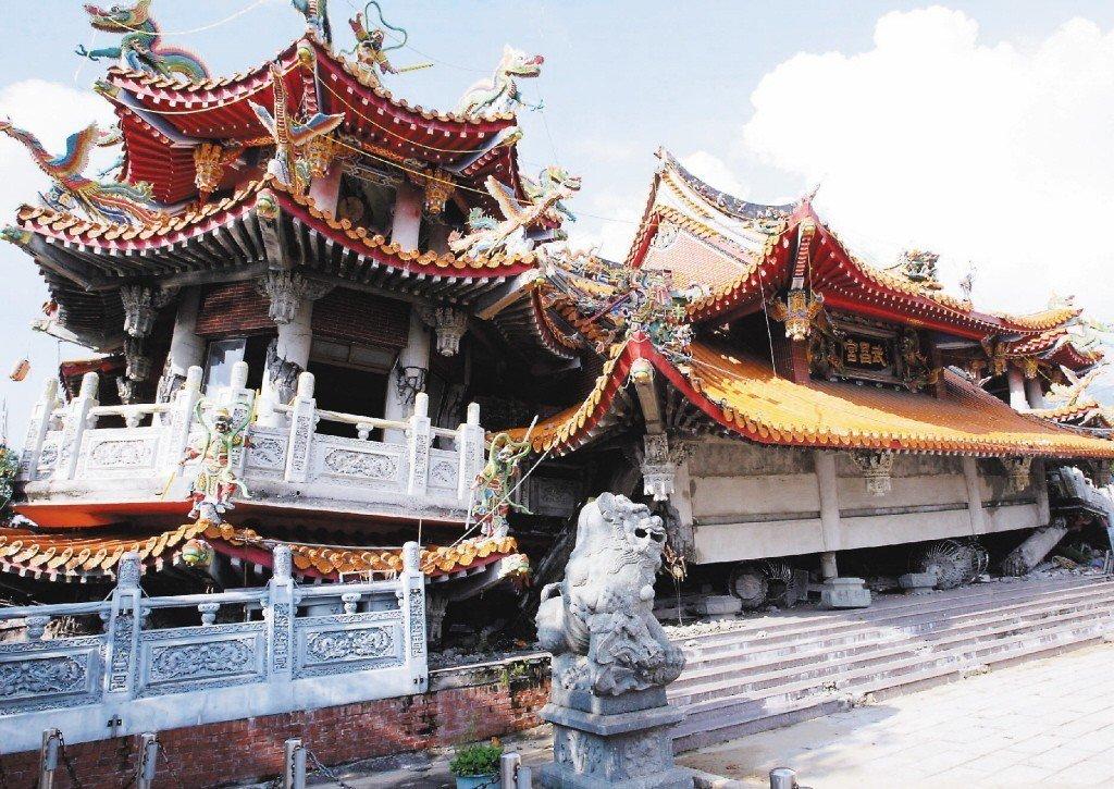 在921大地震中倒塌的集集武昌宮,災後成地震紀念館供人們警惕大自然的力量。 圖/聯合報系資料照