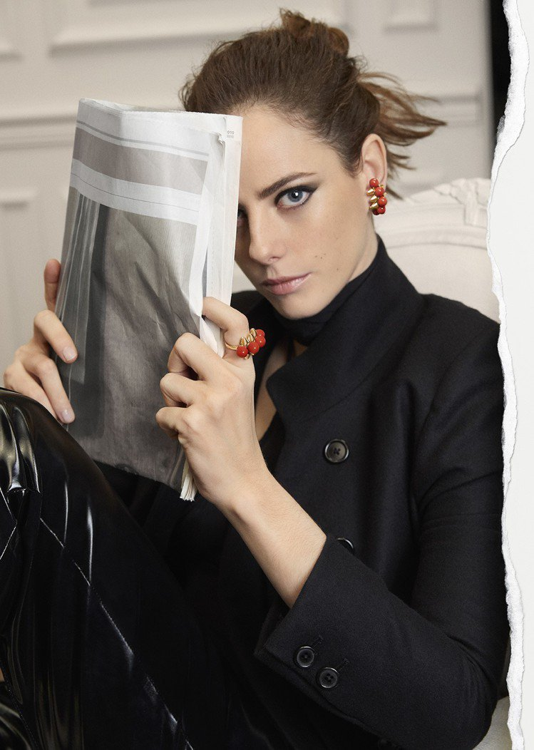 新生代英國女星凱亞絲柯黛蘭莉歐詮釋CLASH DE CARTIER的雙面特質。 ...