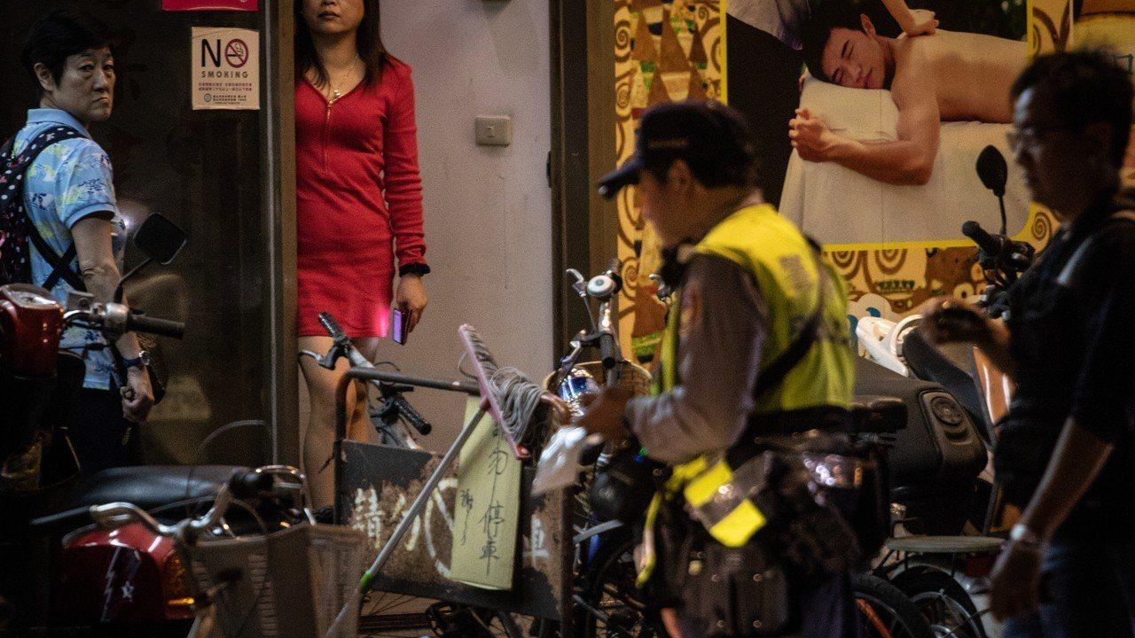台北市萬華區部分區域常有私娼、站壁女子出現,警方掃蕩只是治標不治本。(圖非當事人...