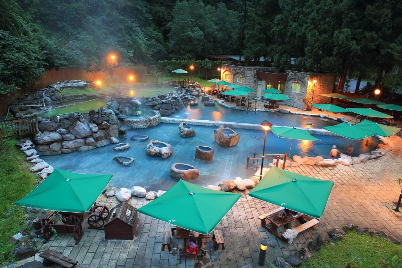 傍晚華燈初上,鳩之澤SPA區的山中藍泉,美到讓人陶醉。圖/羅東林管處提供