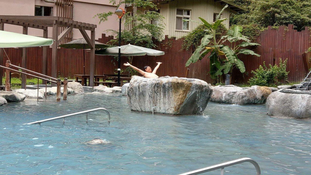 到宜蘭就該泡這湯 有了山中「藍泉」不必飛去日本泡