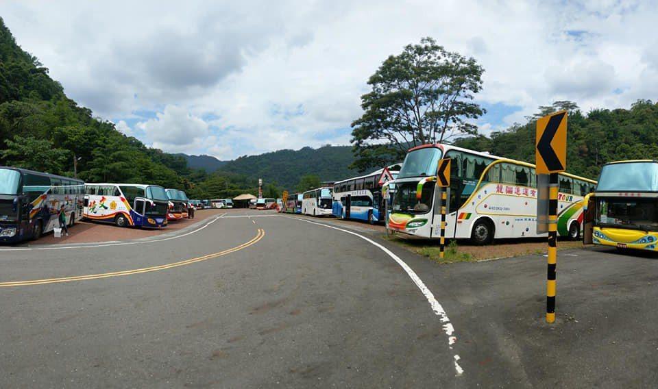 達娜伊谷最近常有上百輛遊覽車在上午抵達 。圖/莊信然提供