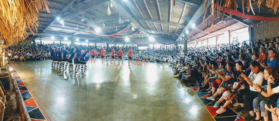 欣賞鄒族歌舞的人潮擠爆 。圖/莊信然提供