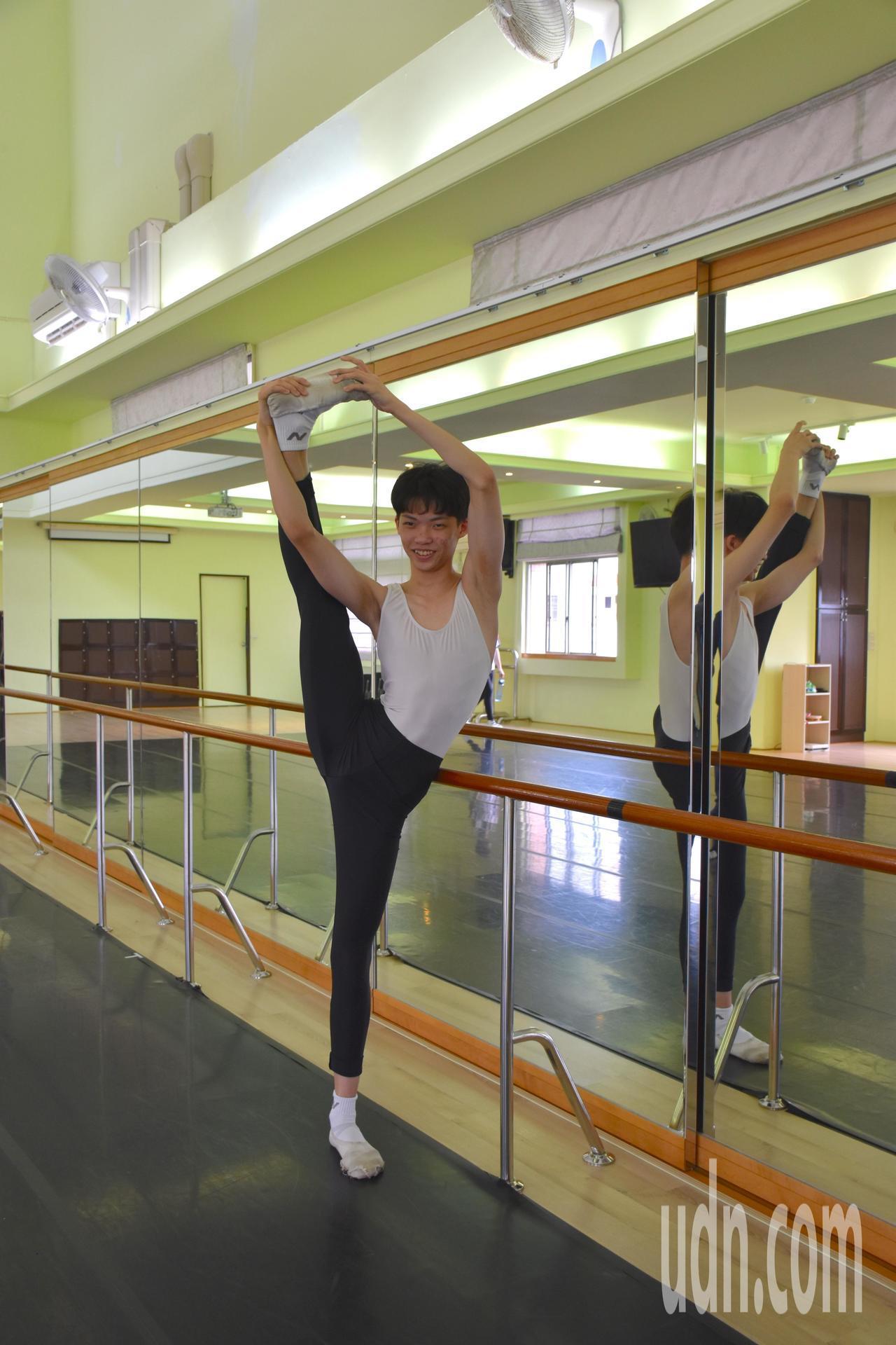 謝祥銨每天辛苦練習拉筋、跳舞,要往成為舞蹈老師夢想邁進。記者王思慧/攝影