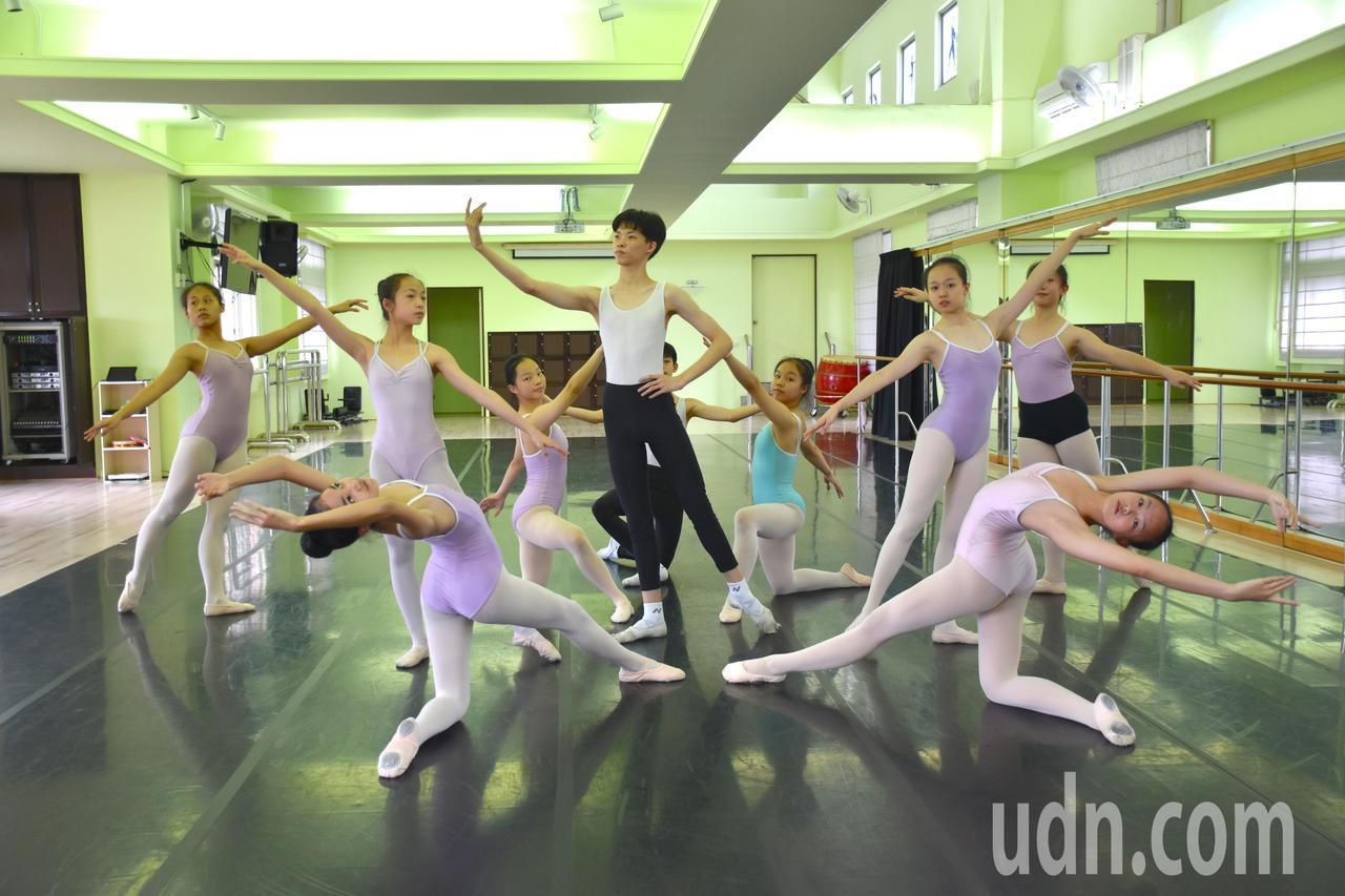 謝祥銨(中)從小喜愛舞蹈,更以林懷民為自己的偶像。記者王思慧/攝影