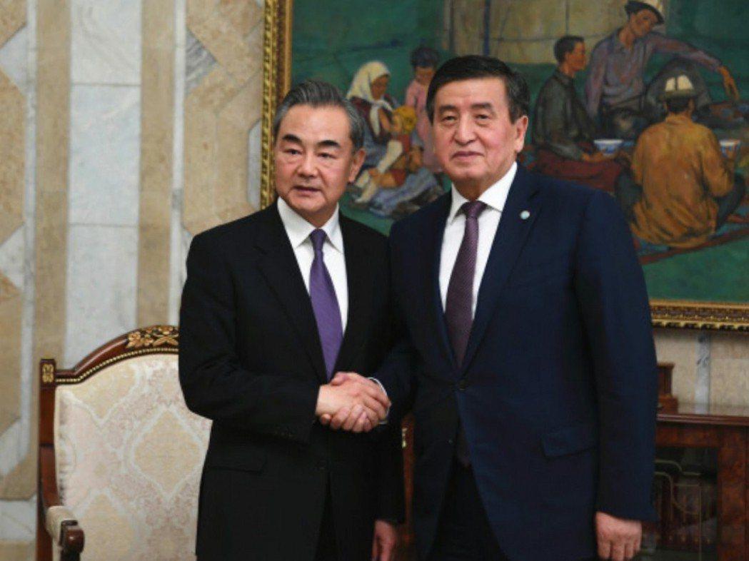 中共國務委員兼外交部長王毅(左)與吉爾吉斯總統熱恩別科夫會面時說,中方感謝吉爾吉...