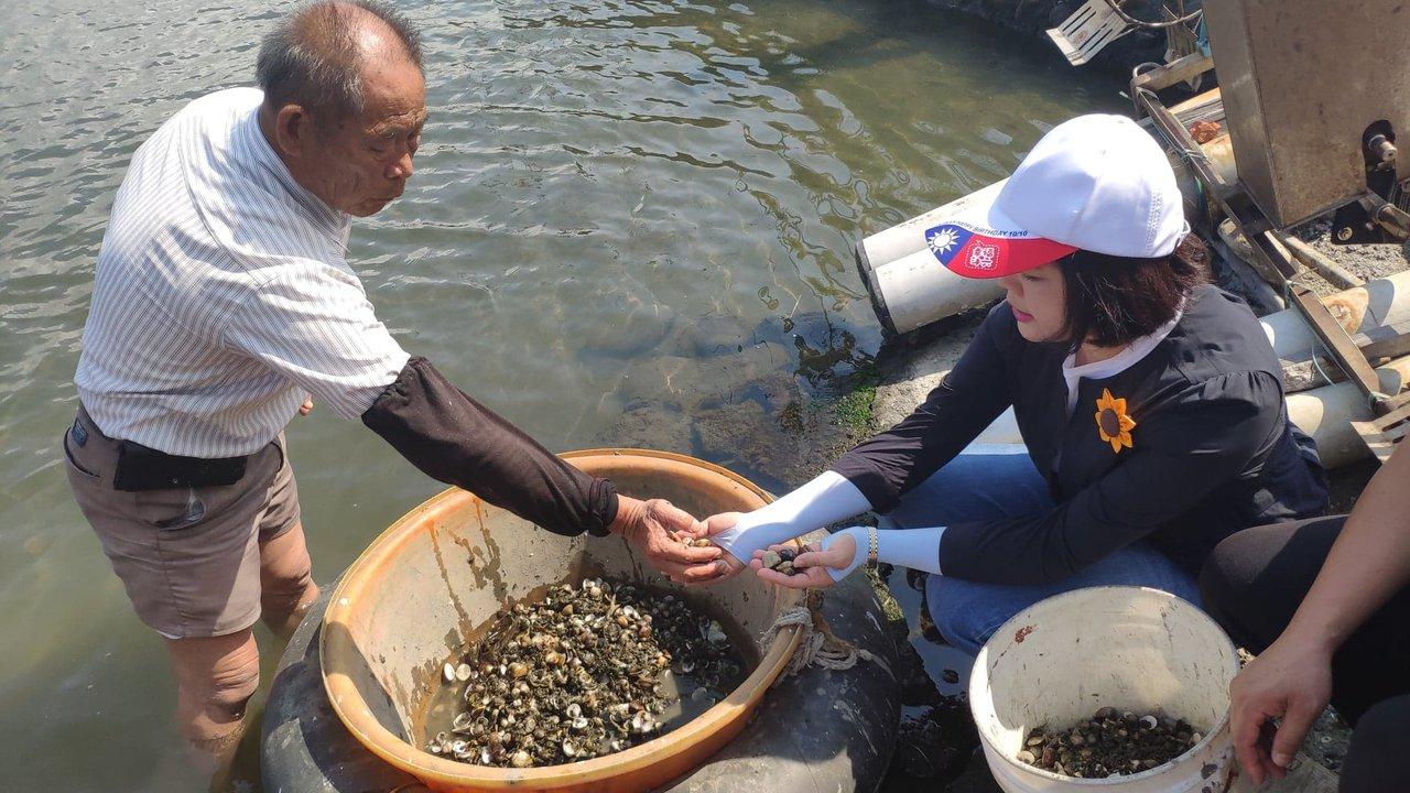 縣長張麗善(右)上個月前往台西鄉關切災情。記者李京昇/攝影