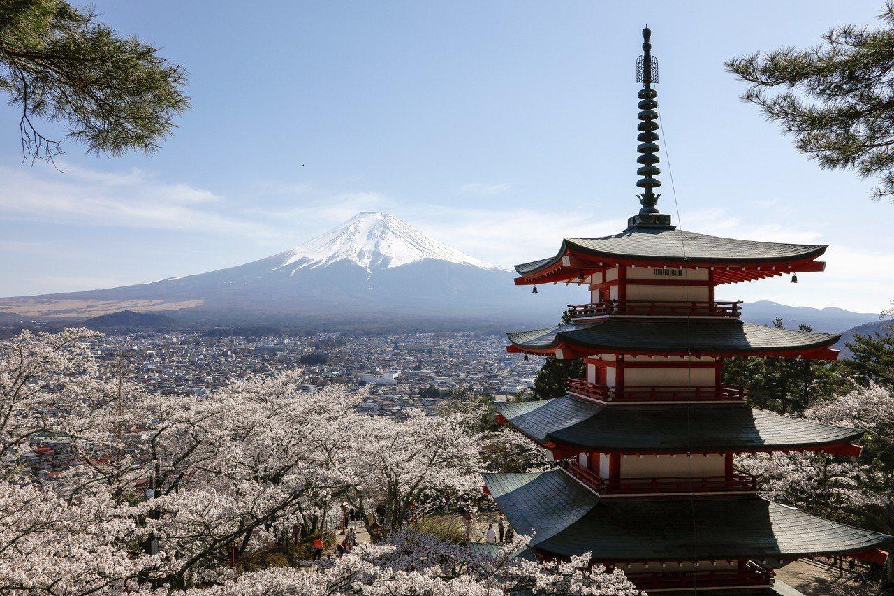 日本時間上午7時左右,有人通報說在富士山山頂附近發生落石意外。警消等前往現場時,...