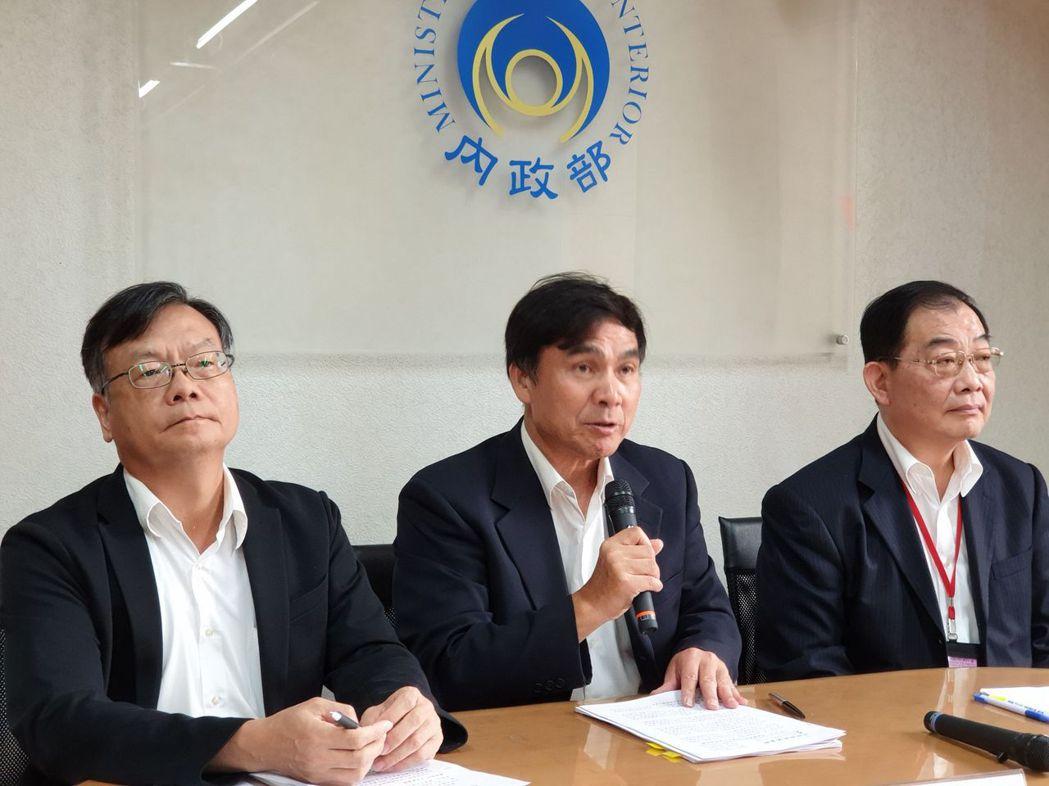 民政司長林清淇(中)提醒各政黨盡快辦理107年度財務申報。圖/內政部提供