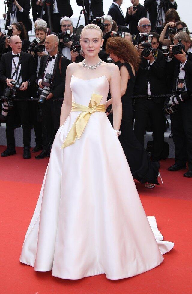 達珂塔芬妮穿上Armani Prive緞面象牙白蓬裙禮服,腰間黃色蝴蝶結點亮整體...