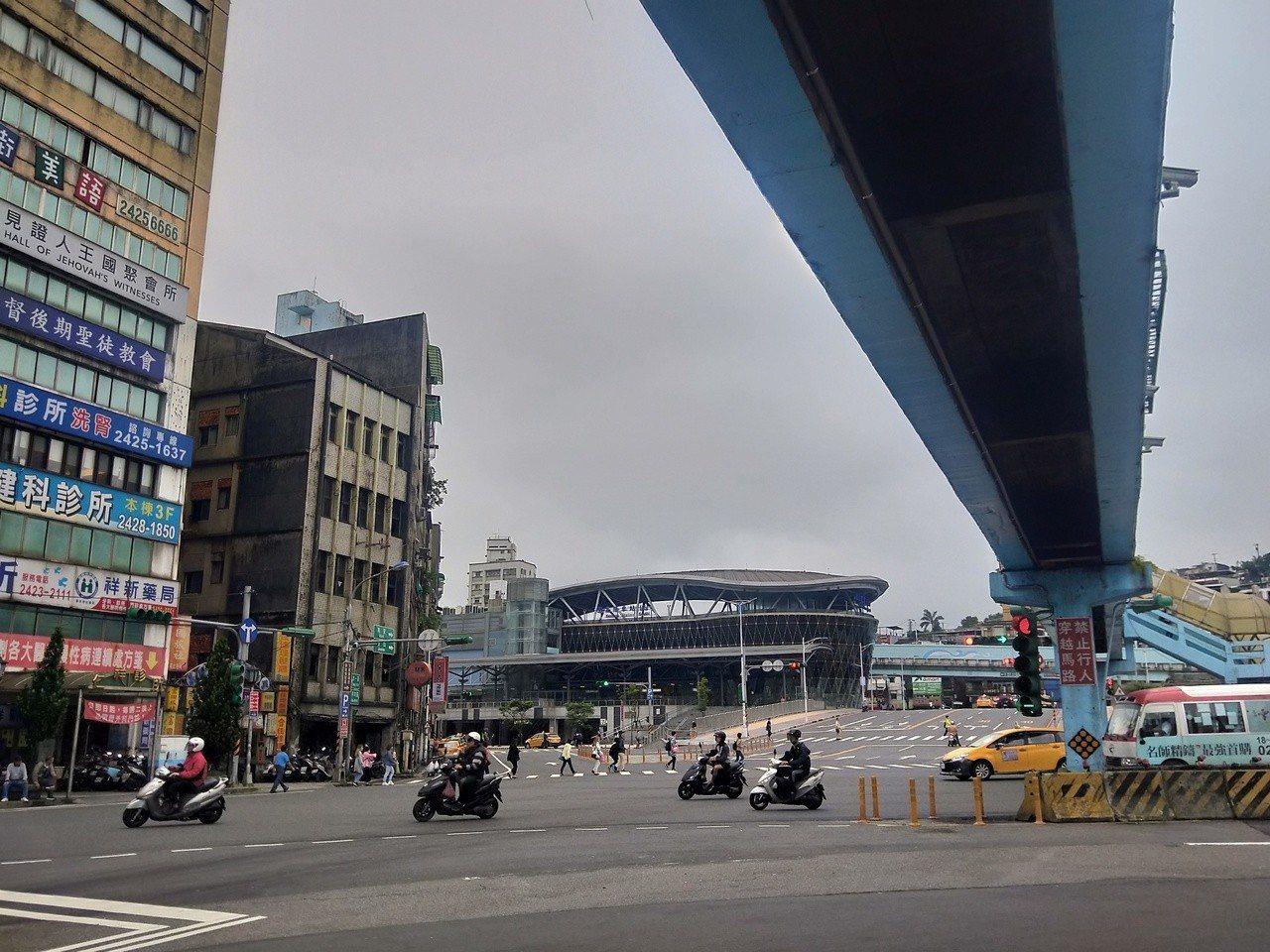 市長林右昌表示,目前在南站附近規畫一處複合式、多功能兼具商場及停車的立體停車場,...