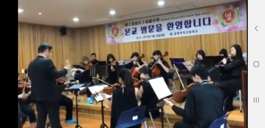 台南女中赴韓參訪現場韓國女學生超high。圖/取自網路