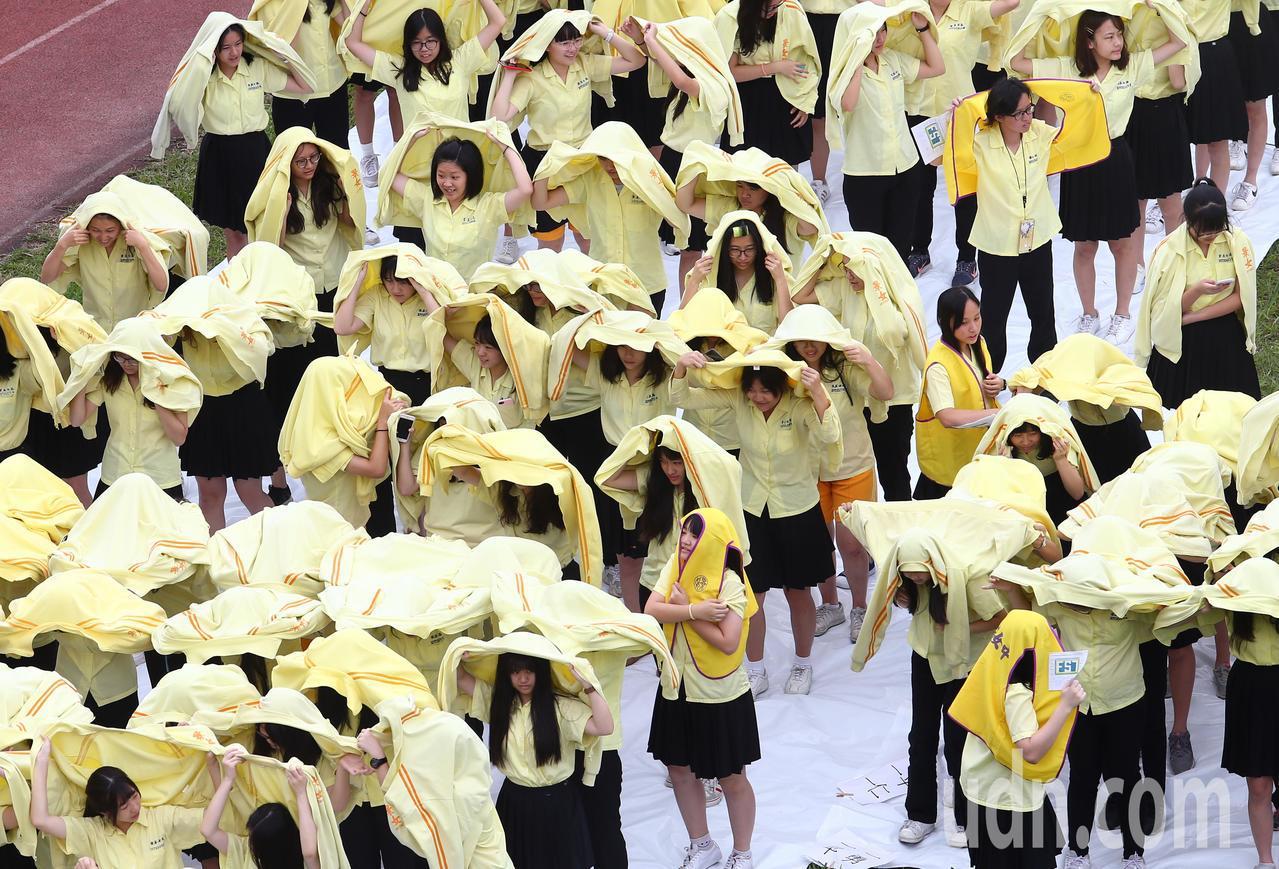 景美女中1400位學生穿著黃色校服排列成「FS7」字樣,進行衛星空拍取像,記者杜...