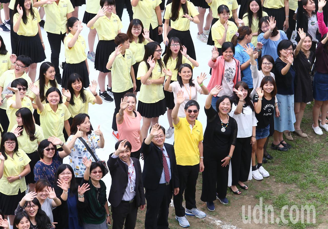 超過1400位景美女中學生穿著黃色校服集合到操場,排列成「FS7」字樣,也就是福...