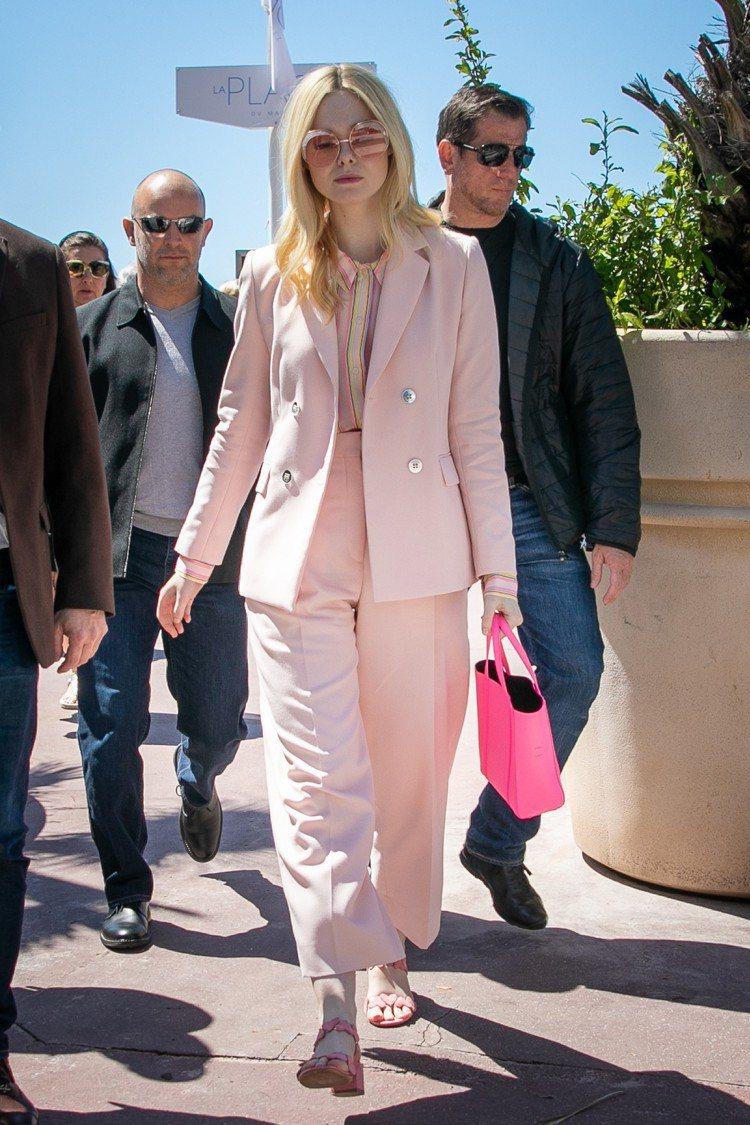 艾兒芬妮一身粉嫩,FENDI 粉色造型太陽眼鏡16,960元、 Sandro西裝...