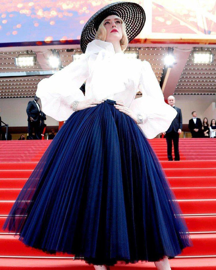 艾兒芬妮穿DIOR高級訂製服,以21歲的輕齡完美演繹風華絕代。圖/取自IG
