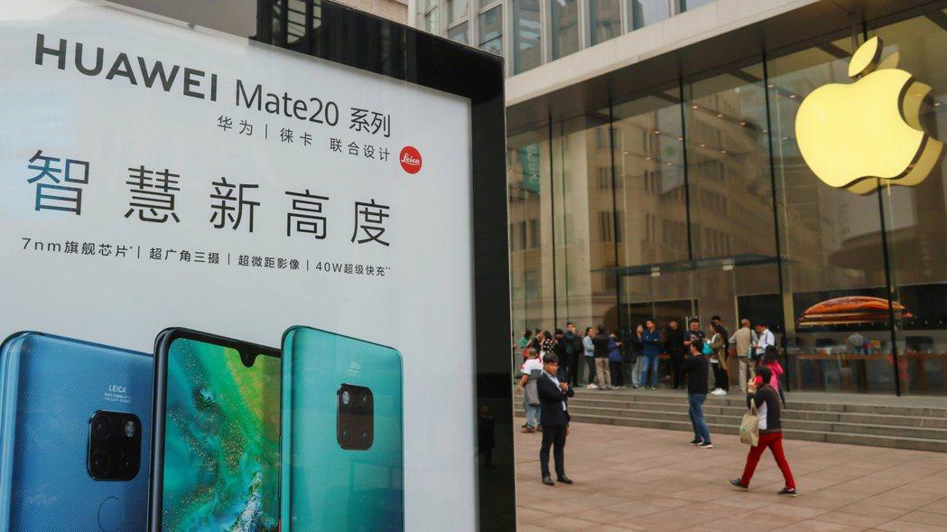 中國愛國情勢上漲,蘋果迷改支持華為。路透