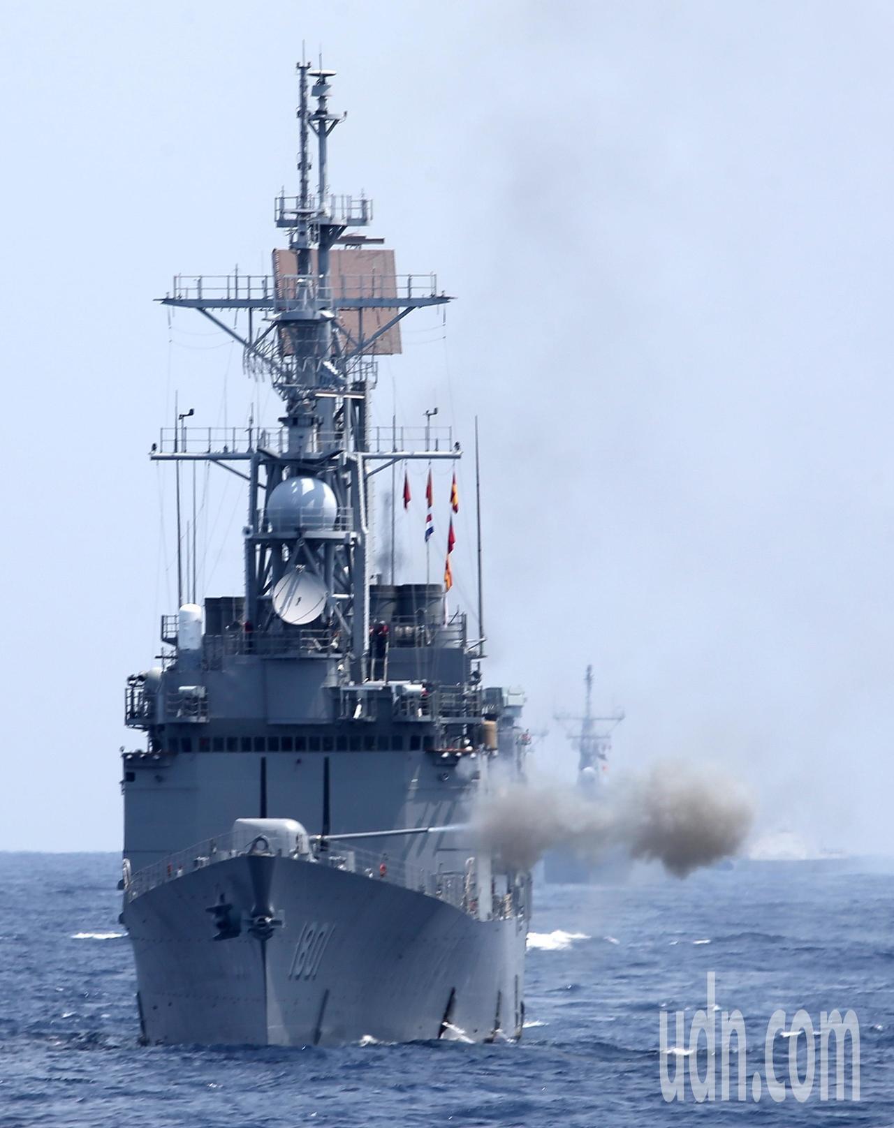 「東部海域戰備任務訓練」上午在花蓮外海舉行,基隆艦實施5吋砲射擊。記者林澔一/攝...