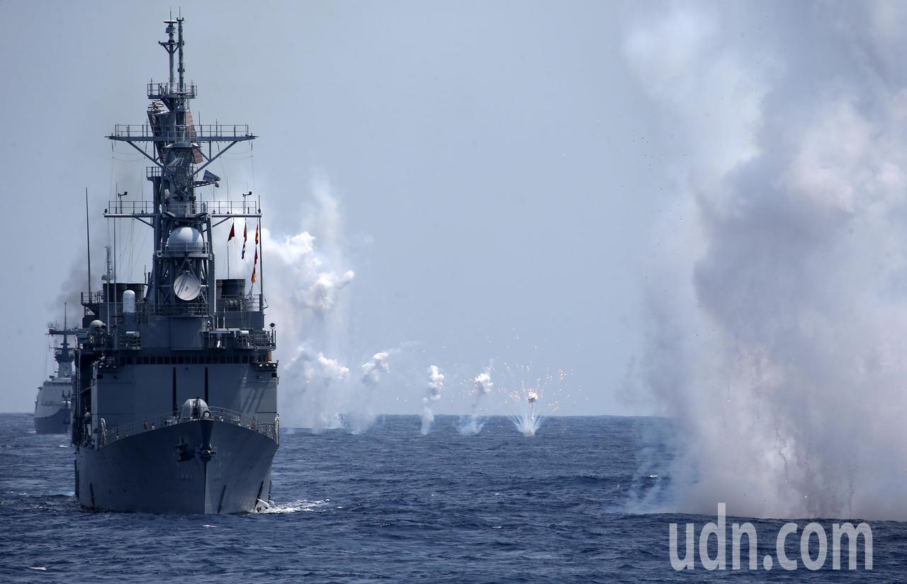 「東部海域戰備任務訓練」上午在花蓮外海舉行,基隆艦實施干擾彈射擊。記者林澔一/攝...